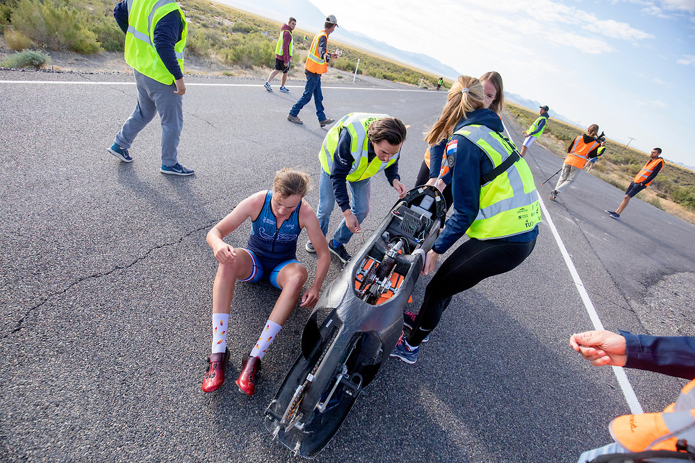 Atlete Rosa Bas stapt uit de Velox na de ochtendruns op de vierde racedag. Het Human Power Team Delft en Amsterdam, dat bestaat uit studenten van de TU Delft en de VU Amsterdam, is in Amerika om tijdens de World Human Powered Speed Challenge in Nevada een poging te doen het wereldrecord snelfietsen voor vrouwen te verbreken met de VeloX 9, een gestroomlijnde ligfiets. Op 10 september 2019 verbreekt het team met Rosa Bas het record met 122,12 km/u. De Canadees Todd Reichert is de snelste man met 144,17 km/h sinds 2016.<br /> <br /> With the VeloX 9, a special recumbent bike, the Human Power Team Delft and Amsterdam, consisting of students of the TU Delft and the VU Amsterdam, wants to set a new woman's world record cycling in September at the World Human Powered Speed Challenge in Nevada. On 10 September 2019 the team with Rosa Bas a new world record with 122,12 km/u.  The fastest man is Todd Reichert with 144,17 km/h.
