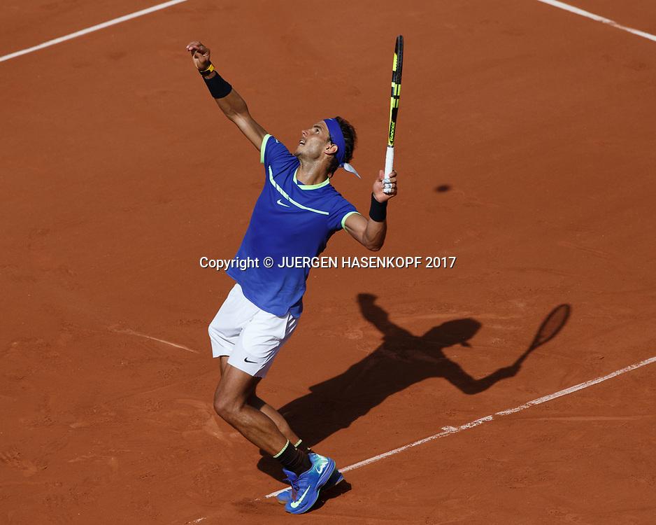 RAFAEL NADAL (ESP), Aufschlag, von oben, Schatten,<br /> Tennis - French Open 2017 - Grand Slam ATP / WTA -  Roland Garros - Paris -  - France  - 31 May 2017.