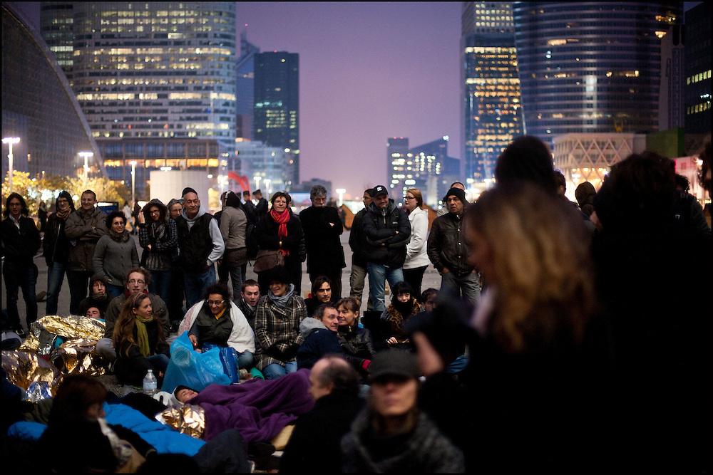 Les indignes Francais se rassemblent sur l'esplanade de la Defense dans l'espoir de construire une nouvelle democratie, les forces de police empechent les manifestants d'utiliser des banderoles ainsi que de camper sur place la nuit. A la Defense le 6 novembre 2011. ©Benjamin Girette / IP3Press