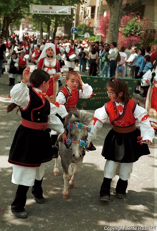 Cavalcata Sarda, Sassari p&aring; Sardinia.neg In Sardinia there are more than 200 festivals and events during the year, but only 3 offer the opportunit&agrave; to see united, un the same place, all the traditional customs of the isle: Sant'Efisio at Cagliari, the Redentore at Nuoro and the Cavalcata Sarda at Sassari.<br /> The Cavalcata, that is different from the other two celebration because it's not a religious celebration, it join varoius aspects of celebration: there is the presentation of the customs then there is one component more sportive with skills by the riders (&quot;pariglie&quot;), elements typically of folk-lore: songs and dances tha last until late hour.