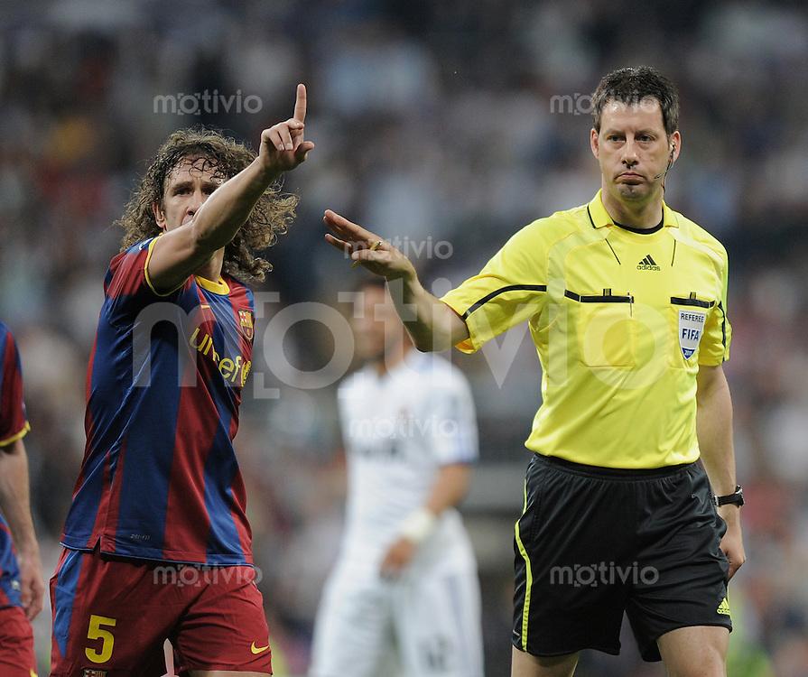 FUSSBALL   CHAMPIONS LEAGUE   SAISON 2010/2011   Halbfinale  27.04.2011 Real Madrid  -  FC Barcelona Schiesdrichter Wolfgang Stark (re, GER) und Carles Puyol (Barca)
