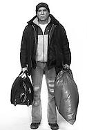"""""""Keine Ahnung,<br /> wo ich heute die<br /> Nacht verbringe.""""<br /> Ioans ganzes Hab und Gut<br /> steckt in einem Rucksack<br /> und einer Mülltüte.<br /> Zusammen mit einem<br /> Freund macht er sich<br /> auf die Suche nach<br /> einem Zimmer oder<br /> einem sicheren Schlafplatz<br /> auf der Straße."""