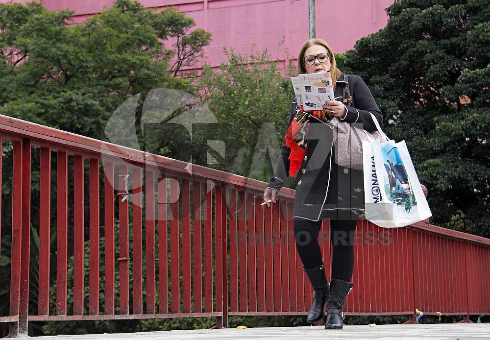 SÃO PAULO,SP, 25.05.2016 - CLIMA-SP - Pedestres se protegem do frio na região do bairro Liberdade região central de São Paulo nesta manhã de quarta-feira (25) (Foto: Adailton Damasceno/Brazil Photo Press)