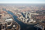 Nederland, Amsterdam, Amstel, 10-01-2009; Omval, met Rembrandt, Mondriaan en Breitner torens langs rivier de Amstel; het hoogst is de wolkenkrabber Rembrandttower (achterste), het hoofdkantoor Philips in de Breitnertoren (midden), Delta Lloyd (vooraan); dit gebied vormt het begin van de Zuid-as; rechts van de kantoortorens het Amstelstation, aan het water stadsvilla's en woonboten; in vroeger tijden vormde de Omval een industriegebied. onder andere cacaofabriek Blooker; achter de Omval de Watergraafsmeer en Amsterdam-Oost; Omval with Rembrandt, Mondriaan and Breitner towers along the river Amstel, the highest skyscraper, the Rembrandt Tower (rear), headquarter Philips in Breitner Tower (center), Delta Lloyd (front), this area is the beginning of the South as ; the right of the office towers the Amstelstation; on the waterfront water villas and houseboats;  in earlier times the Omval was an industrial area, among others cocoa factory Blooker; behind the Omval Watergraafsmeer and Amsterdam-Oost. .luchtfoto (toeslag); aerial photo (additional fee required); .foto Siebe Swart / photo Siebe Swart