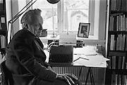 Per Anders Fogelström i sitt hem och skrivarverkstad på Fjällgatan i Stockholm. Per Anders Fogelström i sitt hem och arbetsrum på Fjällgatan i Stockholm.