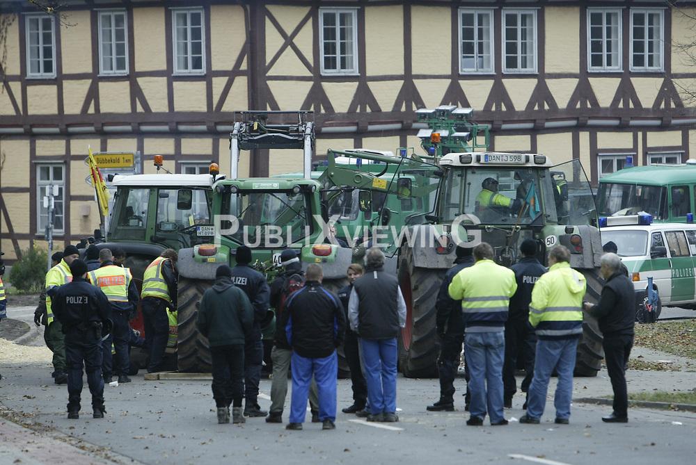 Ein probates Mittel, um Nachschubwege der Polizei zu st&ouml;ren: Treckerblockaden sind eine Dom&auml;ne der B&auml;euerlichen Notgemeinschaft, um im Wendland gegen die Castortransporte zu protestieren. <br /> <br /> Ort: G&ouml;hrde<br /> Copyright: Andreas Conradt<br /> Quelle: PubliXviewinG