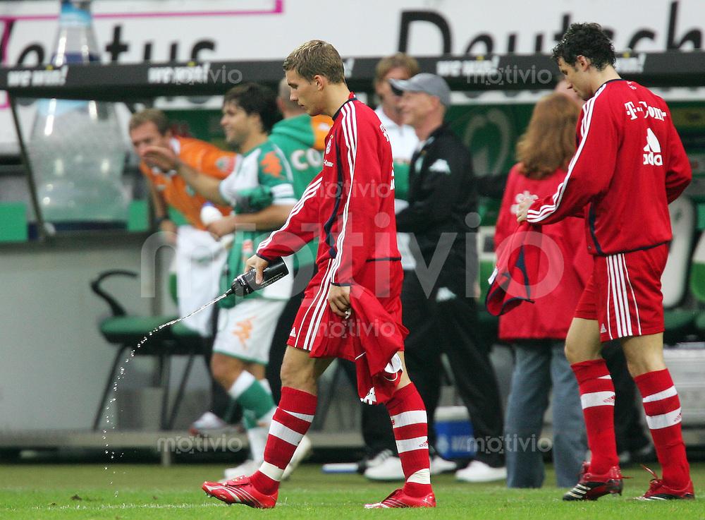Fussball Bundesliga SV Werder Bremen - FC Bayern Muenchen Flasche leer: Lukas PODOLSKI (FCB) entleert nach Spielende enttaeuscht den Inhalt seiner Trinkflasche auf den Rasen.