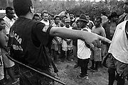 Dezembro de 2001. Trabalho escravo na fazenda Tuerê no município Senador José Porfírio, na vicinal principal da transamazônica - Pará. 126 trabalhadores escravizados na grilagem de 180 alqueires do fazendeiro e médico oftalmologista: José Nicomedes e do empreiteiro: Alberto Danga, auxiliado pelos gatos Rubens e Coca e pelo cantineiro Renê..December of 2001. I work slave in the farm Tuerê in the municipal district Senator José Porfírio, in the local main of the trans-Amazonian - Pará. 126 workers enslaved in the grilagem of 180 bushels of the farmer and doctor eye specialist: José Nicomedes and of the contractor: Alberto Danga, aided by the cats Rubens and Coca and for tavern keeper Renê.