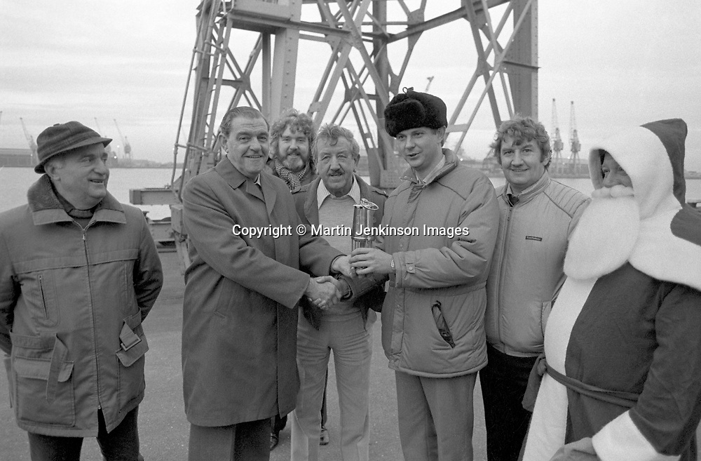 Owen Briscoe, Yorks NUM secretary at Hull docks presenting miners lamp to Danish seamen's union vice-president Henrik Berlau. 18 December 1984 © Martin Jenkinson/pressphotos.co.uk