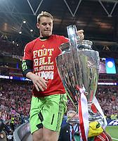 FUSSBALL  CHAMPIONS LEAGUE  SAISON 2012/2013  FINALE  Borussia Dortmund - FC Bayern Muenchen         25.05.2013 Champions League Sieger 2013 FC Bayern Muenchen: Torwart Manuel Neuer (FC Bayern Muenchen) jubelt mit dem Pokal