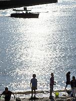"""Nederland Rotterdam 30-05-2009 20090530 Foto: David Rozing ..Nieuwbouw woningen in probleemwijk Katendrecht, kinderen spelen op het strandje aan de rivier de maas, natuur, natuurlijke oevers, waterveiligheid, ruimte, ruimtelijkheid, kindvriendelijk, strand, speelplaats, speelplek, speelruimte, kindvriendelijke omgeving, buiten spelen, kind, jeugd,  zomers, zomerse dag, lekker weer, zonnig, zonnige, zomerweer, zon, unieke locatie, stads,  Beach in (former) deprived area / projects """"Katendrecht """" This area is on a list with projects which need help of the government because of degradation in the area etc., project, suburb, problem. Neighboorhood, neighboorhoods, district, city, problems,  daily life Holland, The Netherlands, dutch, Pays Bas, Europe ..Foto: David Rozing"""