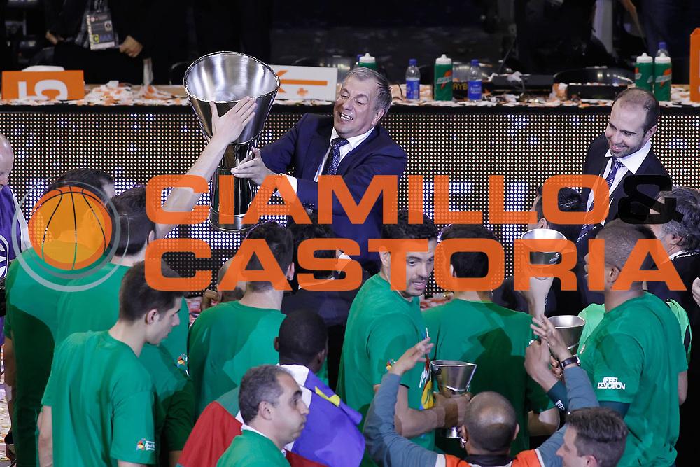 DESCRIZIONE : Barcellona Barcelona Eurolega Eurolegue 2010-11 Final Four Finale Final Maccabi Electra Tel Aviv Panathinaikos<br /> GIOCATORE : Zeljko Obradovic<br /> SQUADRA : Panathinaikos<br /> EVENTO : Eurolega 2010-2011<br /> GARA : Maccabi Electra Tel Aviv Panathinaikos<br /> DATA : 08/05/2011<br /> CATEGORIA : award premiazione coach<br /> SPORT : Pallacanestro<br /> AUTORE : Agenzia Ciamillo-Castoria/P.Lazzeroni<br /> Galleria : Eurolega 2010-2011<br /> Fotonotizia : Barcellona Barcelona Eurolega Eurolegue 2010-11 Final Four Finale Final Maccabi Electra Tel Aviv Panathinaikos<br /> Predefinita :
