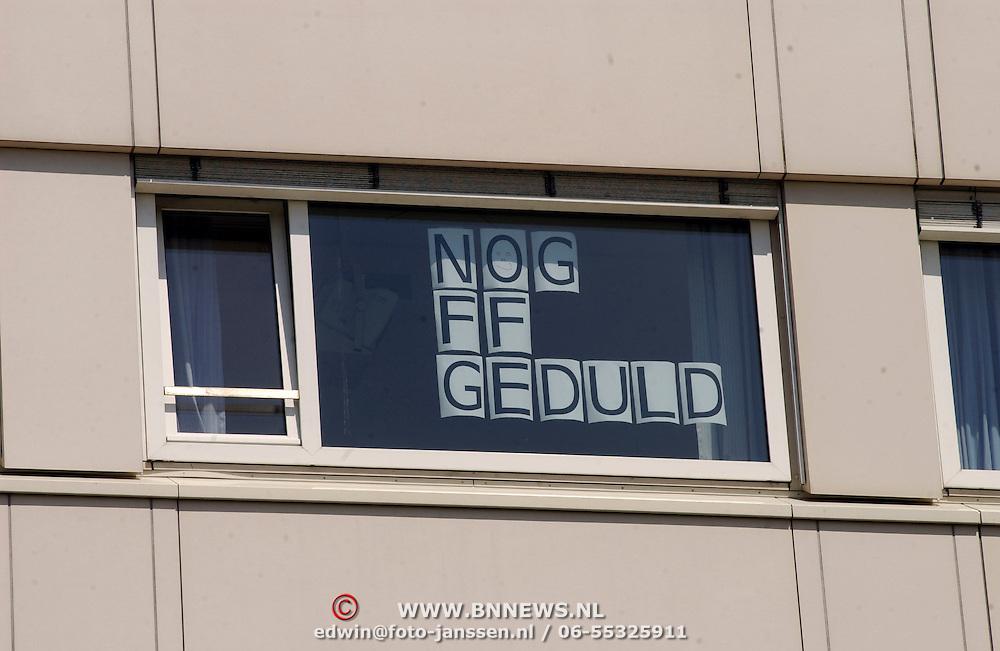 NLD/Den Haag/20050626 - Geboorte prinses Alexia, 2de dochter prinses Maxima Zorreguieta en prins Willem Alexander, personeel ziekenhuis heeft posters opgehangen