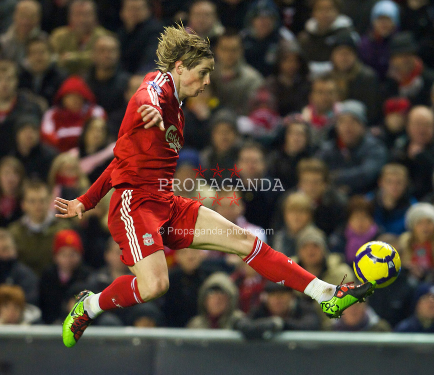 LIVERPOOL, ENGLAND - Sunday, December 13, 2009: Liverpool's Fernando Torres in action against Arsenal during the Premiership match at Anfield. (Photo by: David Rawcliffe/Propaganda)