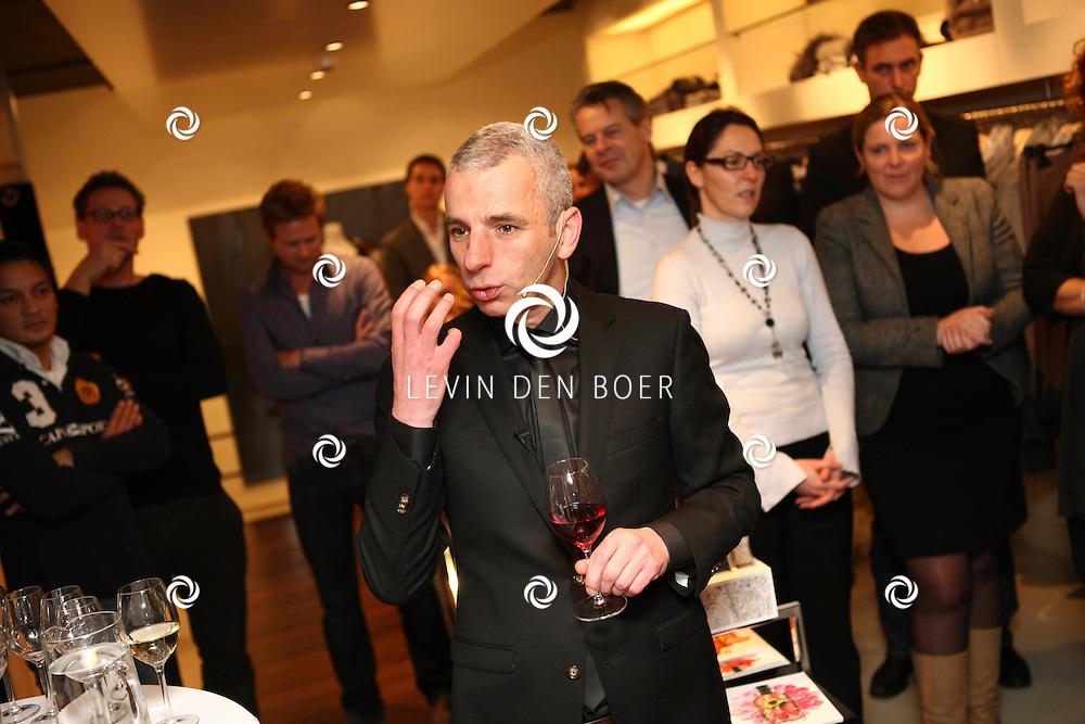 AMSTERDAM - In de PC Hooftstraat bij de bekende winkel OGER werd een Dress en Drinks evenement gehouden. De nieuwste collectie van Oger werd gepresenteerd en gelijk ook de daarbij behorende Chateau wijnen. Met op de foto Cuno van 't Hoff. FOTO LEVIN DEN BOER - PERSFOTO.NU