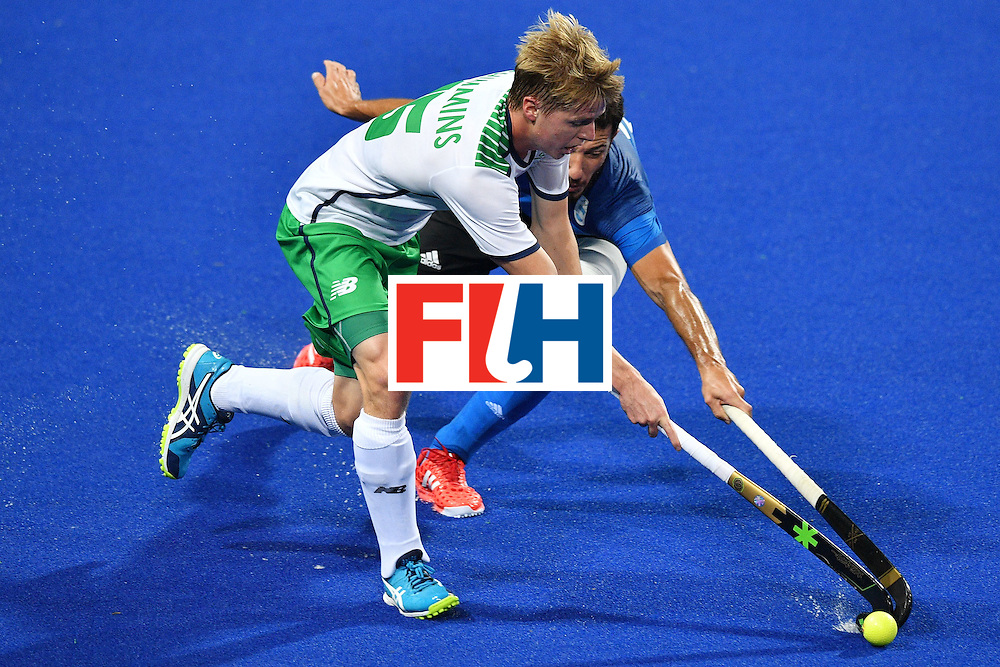 TOPSHOT - Argentina's Manuel Brunet (R) and Ireland's Kirk Shimmins vie during the mens's field hockey Ireland vs Argentina match of the Rio 2016 Olympics Games at the Olympic Hockey Centre in Rio de Janeiro on August, 12 2016. / AFP / Carl DE SOUZA        (Photo credit should read CARL DE SOUZA/AFP/Getty Images)