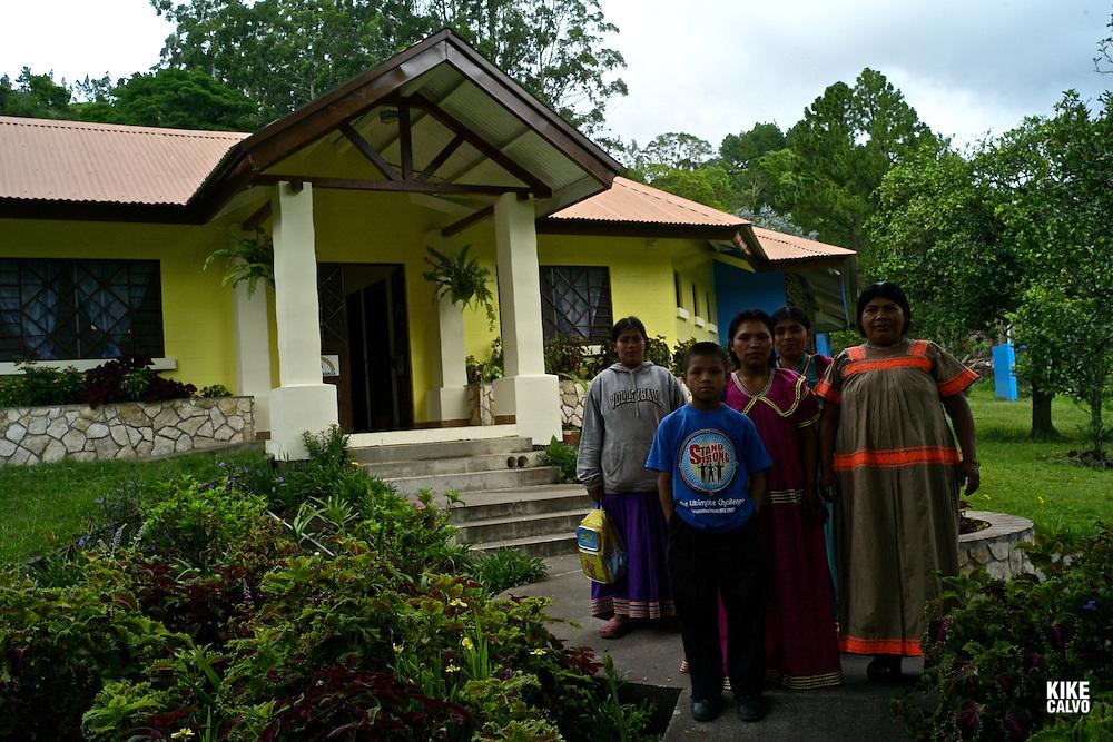 Indigenous Ngo?be Bugle? family at Casa Esperanza . Panama.