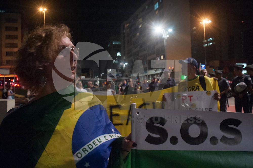 SAO PAULO, SP, 14.07.2015 - PROTESTO-SP - Grupo de manifestantes realiza protesto contra o governo Dilma na noite desta terça-feira (14), em São Paulo (SP). O protesto foi iniciado no Largo da Batata e seguiu até o prédio do Tribunal Regional Federal, na Avenida Paulista. (Foto: Warley Leite/ Brazil Photo Press)