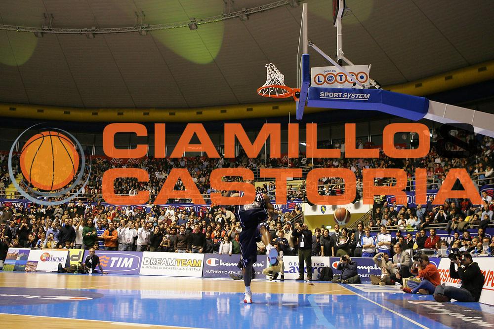 DESCRIZIONE : Torino Lega A1 2006-07 Tim All Star Game 2006 Italia Champion All Stars<br /> GIOCATORE : Mc Person <br /> SQUADRA : Champion All Stars <br /> EVENTO : Campionato Lega A1 2006-2007 <br /> GARA : Tim All Star Game 2006 Gara delle Schiacciate<br /> DATA : 23/12/2006 <br /> CATEGORIA : Schiacciata<br /> SPORT : Pallacanestro <br /> AUTORE : Agenzia Ciamillo-Castoria/S.Silvestri