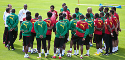 21.05.2010, Dolomitenstadion, Lienz, AUT, WM Vorbereitung, Kamerun Training im Bild Paul Le Guen, Trainer, Nationalteam Kamerun, FRA mit seiner Mannschaft, EXPA Pictures © 2010, PhotoCredit: EXPA/ J. Feichter / SPORTIDA PHOTO AGENCY