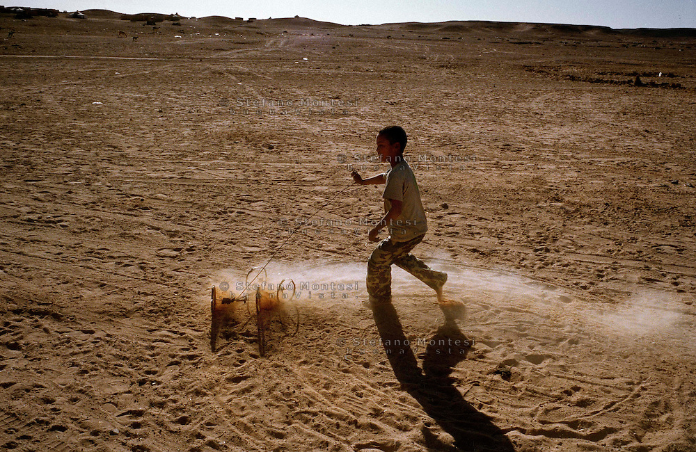 The Saharawi refugee camp  Smara..Sahrawi  child playing in the desert.January 2008