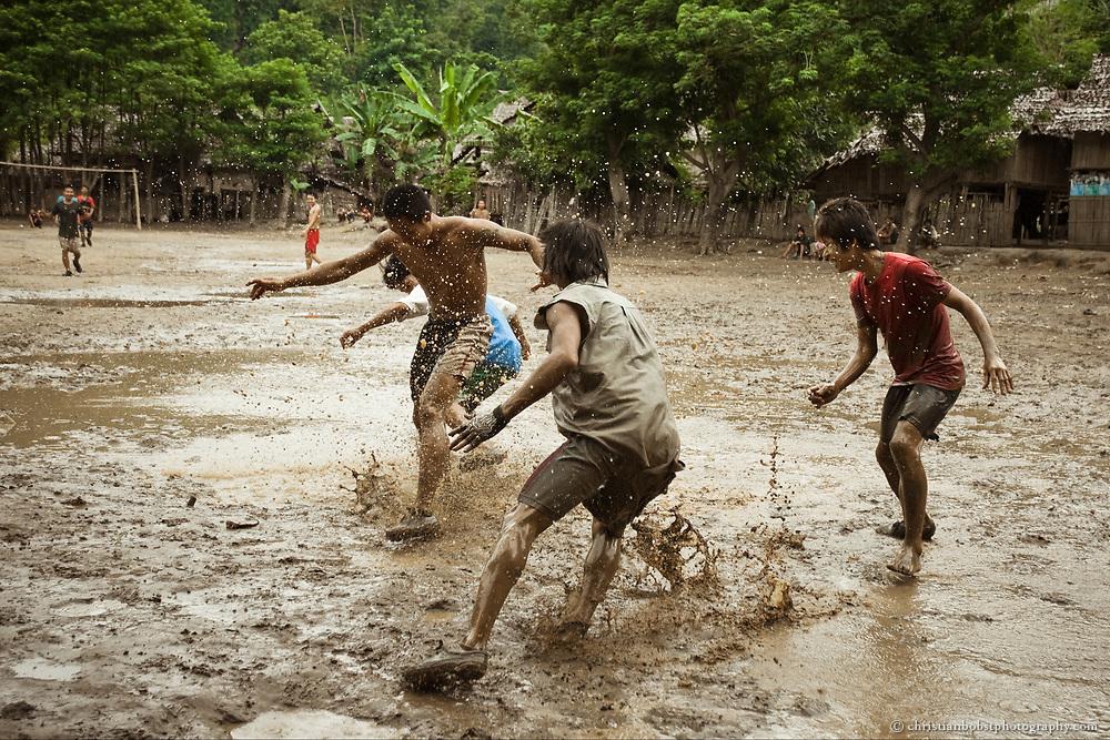 Fussball im burmesischen Flüchtlingslager Mae Ra Ma Luang in Thailand.