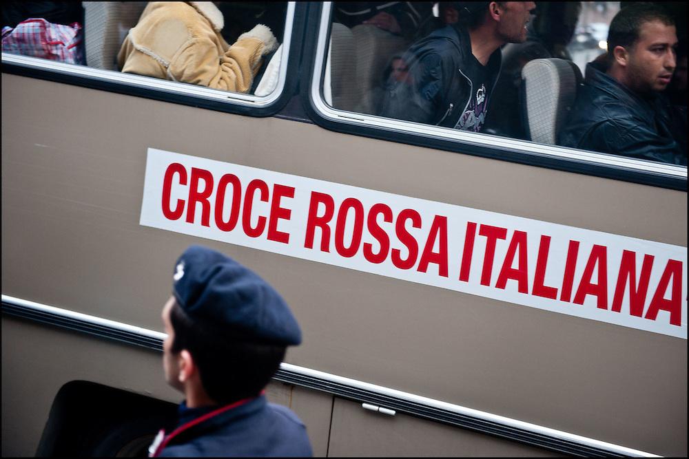 Des refugies Tunisiens dans le bus de la croix rouge Italienne qui les amene dans un centre d'accueil pour la nuit. Chaque soir deux navettes permettent aux refugies de rejoindre le centre situe à quelques kiometre de la Gare de Vintimille. Le 22 Avril 2011 © Benjamin Girette/IP3 press