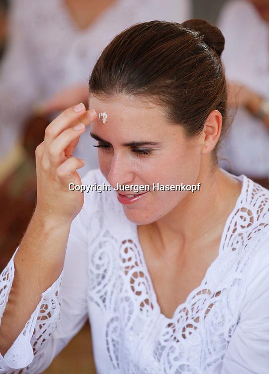 Commonwealth Bank Tournament of Champions  2011, WTA Tour, Damen Hallen Tennis Turnier in Bali ,Indonesien, .Hindu Tempel Zeremonie mit der Spielerin Anabel Medina Garrigues (ESP) klebt Reiskoerner an die Stirn,sitzend,Hochformat,privat,traditionelle Kleidung,