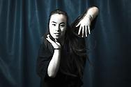 Name: Michelle<br /> Künstlername: Sattva<br /> Alter: 18<br /> Tanzstil: Hip-Hop und Vogue<br /> Ich bin hier in Deutschland geboren, in Frankfurt am<br /> Main und in Hamburg aufgewachsen, aber eigentlich<br /> kommt meine Familie aus Vietnam. Als ich vier Jahre<br /> alt war, habe ich mit dem Tanzen angefangen.<br /> Ich nehme auch an vielen anderen Wettbewerben<br /> in Hamburg teil, aber die Battles, die ich am liebsten<br /> mache, sind im Ausland. Da lernt man auch mehr<br /> Leute kennen und verschiedene Levels von Tänzern.<br /> Ein paar Mal hab ich auch schon Streetshows<br /> gemacht. Das ist ein bisschen so wie bei den<br /> Straßenmusikern, die immer irgendwo Musik<br /> machen. Die Zuschauer, die stehen bleiben, sind<br /> ziemlich interessiert und sehen es sich konzentriert<br /> an, fast so, als würden sie fernsehen.<br /> Durch die Tänzerszene in Hamburg bin ich<br /> auf diesen Wettbewerb gekommen. Wir sind<br /> alle immer total froh, wenn es bei uns mal<br /> Battles gibt, weil die hier eher selten sind. Es<br /> hat nichts damit zu tun, dass der Battle von<br /> einer christlichen Gemeinde organisiert wurde.<br /> Das ist egal, sowieso denke ich, dass Religion<br /> dabei egal ist, weil es ums Tanzen geht.<br /> Wir sind alle Tänzer, wir sprechen alle die<br /> gleiche Sprache und zwar die des Tanzens.<br /> Wir teilen alle diese Liebe, und da ist<br /> Religion einfach unwichtig. Ich bin nicht<br /> dabei, weil das hier eine Kirche ist, sondern<br /> weil alle zusammensein und jammen<br /> können.