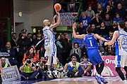 DESCRIZIONE : Beko Legabasket Serie A 2015- 2016 Dinamo Banco di Sardegna Sassari - Acqua Vitasnella Cantu'<br /> GIOCATORE : David Logan<br /> CATEGORIA : Tiro Tre Punti Three Point Controcampo<br /> SQUADRA : Dinamo Banco di Sardegna Sassari<br /> EVENTO : Beko Legabasket Serie A 2015-2016<br /> GARA : Dinamo Banco di Sardegna Sassari - Acqua Vitasnella Cantu'<br /> DATA : 24/01/2016<br /> SPORT : Pallacanestro <br /> AUTORE : Agenzia Ciamillo-Castoria/L.Canu