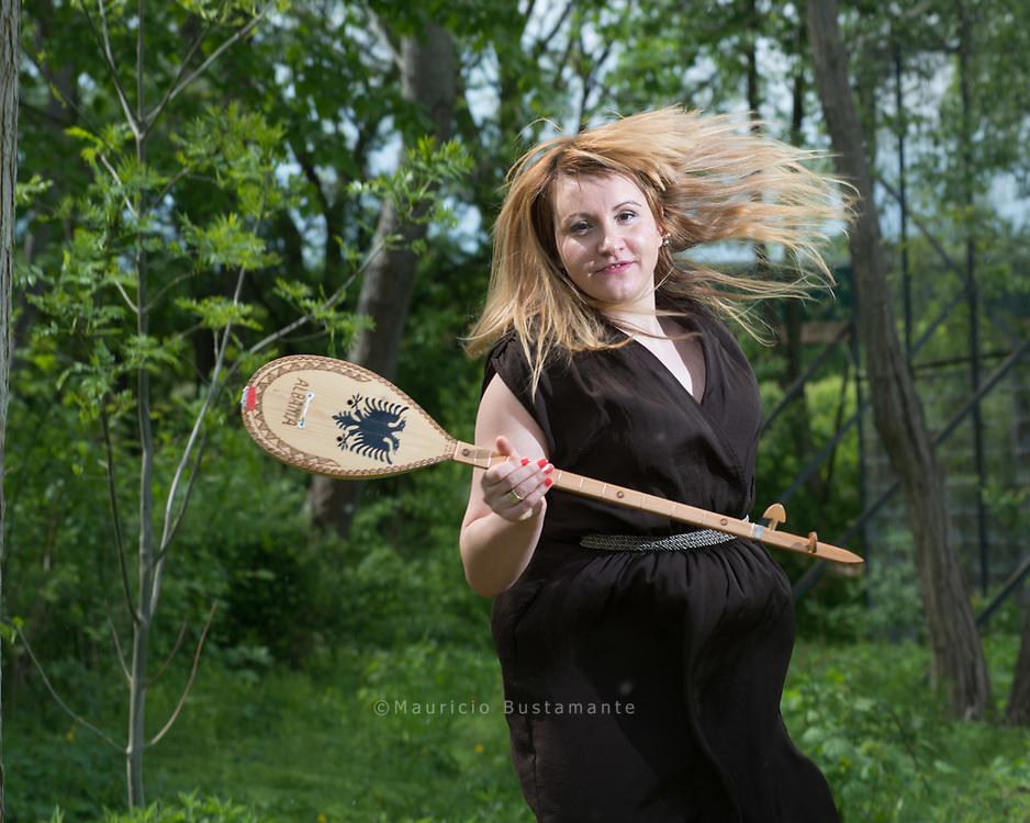 Das kleine Ding, auf dem Hava<br /> Bekteshi spielt, heißt ÇIFTELI<br /> und ist in Albanien traditionell<br /> ein Instrument für Männer.