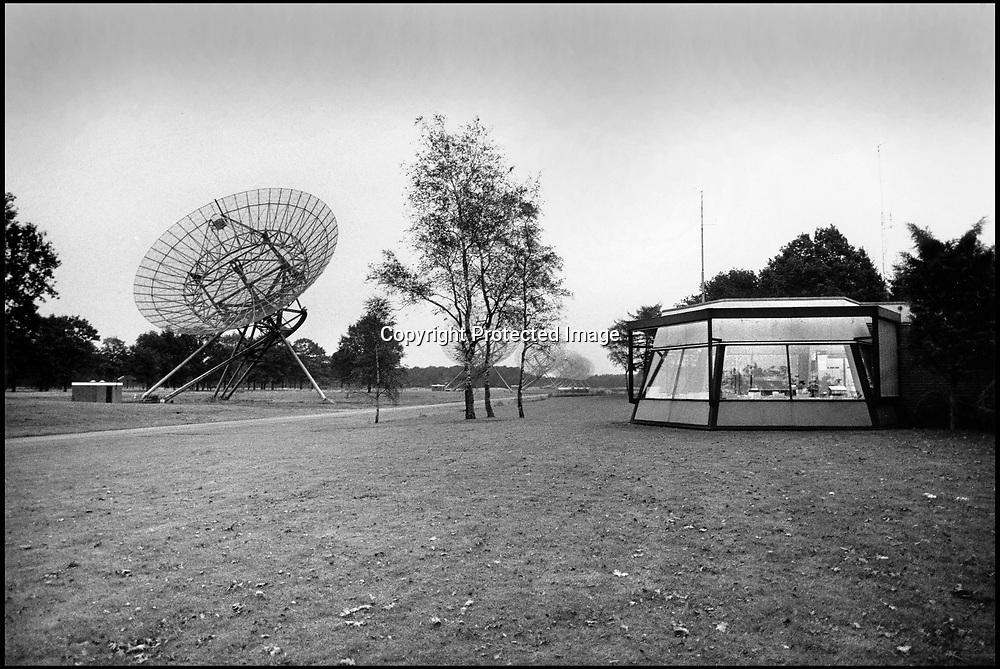 Nederland, Dwingeloo, 15-11-1985<br /> Radiotelescoop met controlecentrum. Sterrenwacht, onderzoek maar het heelal, sterrenstelsel, ruimte, kosmos.<br /> FOTO: FLIP FRANSSEN/ HH