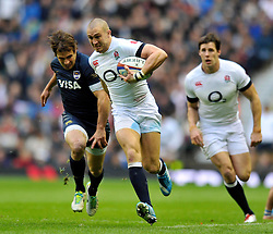Mike Brown (England) goes on the attack - Photo mandatory by-line: Patrick Khachfe/JMP - Tel: Mobile: 07966 386802 09/11/2013 - SPORT - RUGBY UNION -  Twickenham Stadium, London - England v Argentina - QBE Autumn Internationals.