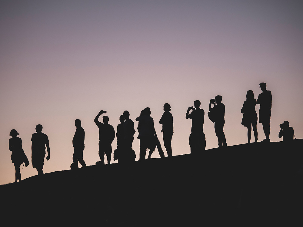 United States, Washington, Seattle, silhouettes at Gas Works Park at sunset