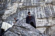 Août 2011. Abkhazie. Lac Ritsa. Pays indépendant non reconnu par la communauté internationale. Touriste russe qui joue les chasseurs abkhazes en tenue traditionnelle. Le lac Ritsa et ses gorges constituent un gros spot touristique pour le pays. Situé près de la frontère russe, les vacanciers viennent de Sochi pour la journée.