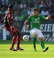 FUSSBALL   1. BUNDESLIGA   SAISON 2011/2012    3. SPIELTAG SV Werder Bremen - SC Freiburg                             20.08.2011 Papiss CISSE (li, Freiburg) gegen Mehmet EKICI (re, Bremen)