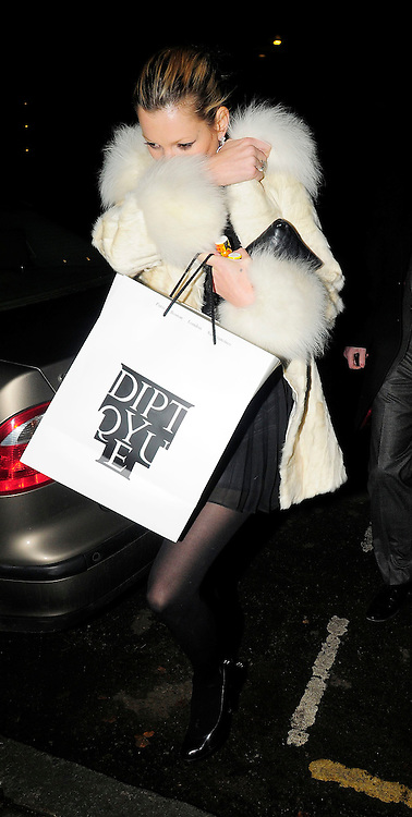 10.DECEMBER.2008. LONDON<br /> <br /> KATE MOSS ARRIVES HOME COVERING HER FACE AND HOLDING WHAT APPEARS TO BE PARTY POPPERS<br /> <br /> BYLINE: EDBIMAGEARCHIVE.CO.UK<br /> <br /> *THIS IMAGE IS STRICTLY FOR UK NEWSPAPERS AND MAGAZINES ONLY*<br /> *FOR WORLD WIDE SALES AND WEB USE PLEASE CONTACT EDBIMAGEARCHIVE - 0208 954 5968*