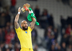 LILLE, FRANCE - Thursday, October 23, 2014: Everton's goalkeeper Tim Howard applauds the supporters after the goalless draw with Lille OSC during the UEFA Europa League Group H match at Stade Pierre-Mauroy. (Pic by David Rawcliffe/Propaganda)