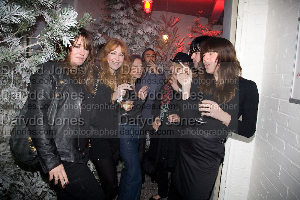 LEA TILBURY, CHARLOTTE TILBURY, HARRIET QUICK, SIMON ROBBINS AND KIM SION. Gap/ Red launch Dinner hosted by  Katie Grand at Bistrotheque. Bethnal Green. London. 29 November 2007.  -DO NOT ARCHIVE-© Copyright Photograph by Dafydd Jones. 248 Clapham Rd. London SW9 0PZ. Tel 0207 820 0771. www.dafjones.com.