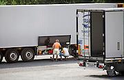 Griekenland, Polykastro, 5-7-2008Parkeerplaats met vrachtwagens uit Polen met chauffeurs die hun eten klaarmaken. Foto: Flip Franssen