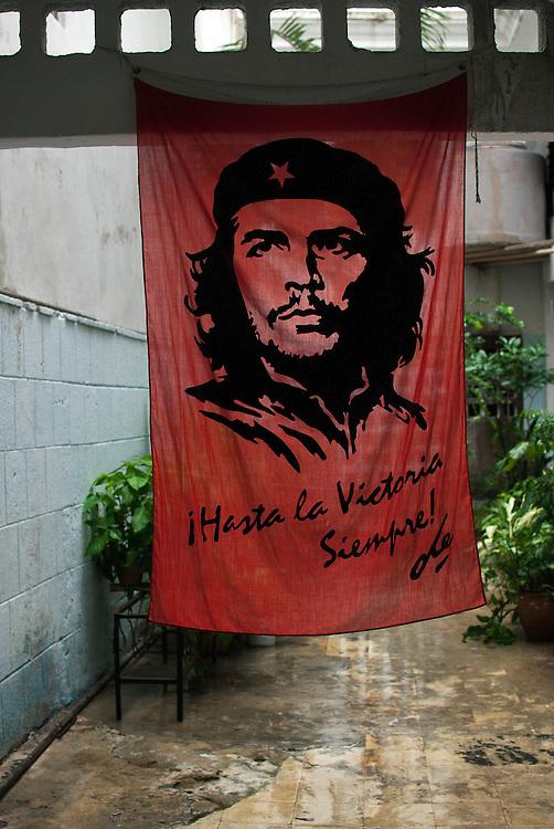 L'image bien connue du «che», héros révolutionnaire sud-américain, circule encore sur des affiches, murs d'édifices, tee-shirts et tout autre support imaginable. La réputation de Ernesto Guevara a été façonnée pendant la révolution cubaine mais s'est répandue dans le reste du monde, où il est devenu une icône.