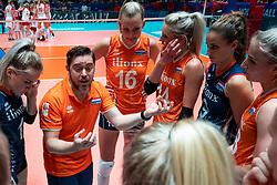 30-05-2019 NED: Volleyball Nations League Netherlands - Poland, Apeldoorn<br /> Ass coach Alessandro Beltrami of Netherlands, Kirsten Knip #1 of Netherlands, Indy Baijens #16 of Netherlands, Laura Dijkema #14 of Netherlands, Myrthe Schoot #9 of Netherlands