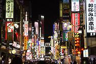 """Neonshyltar i stadsdelen Kabukicho som är känt för """"love hotels"""", hostess och host clubs. Tokyo, Japan"""