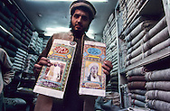 Pakistan. Tribal Zones. Bin laden Turbans on sale in the bazar/ old city  Peshawar/  Pakistan; la contagion talibane: Bazar vente des turbans à la gloire de Ben Laden  Peshawar  Afghanistan , pakistan