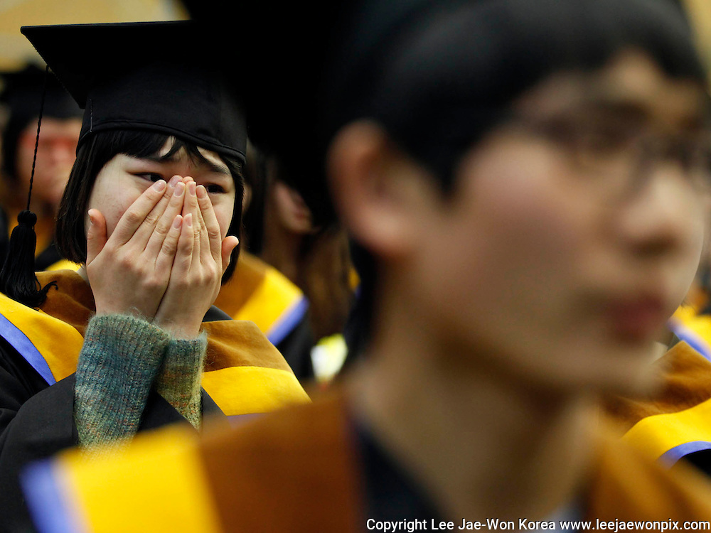 A high school graduate who escaped from North Korea weeps during a graduation ceremony at Hangyeore Middle and High School, which was built to educate North Korean teenage defectors, in Anseong, about 80 km (50 miles) south of Seoul February 10, 2012. /Lee Jae-Won