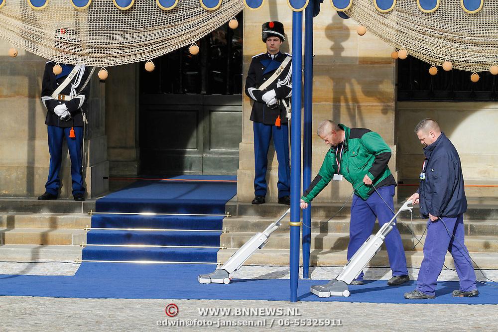 NLD/Amsterdam/20130430 - Inhuldiging Koning Willem - Alexander, laatste voorbereidingen, schoonmaker loper