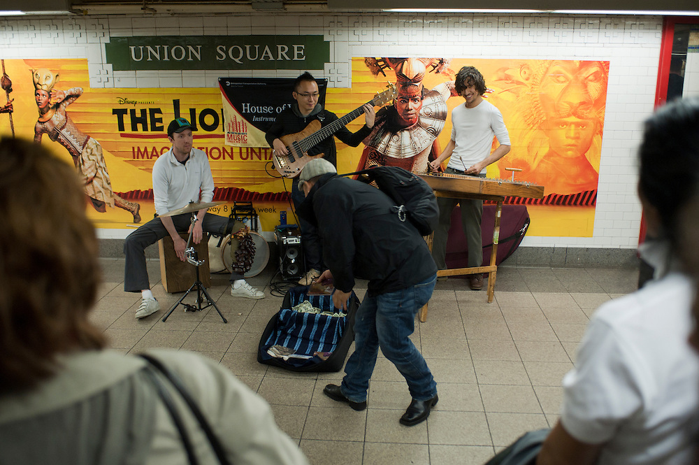 House of Waters is a band of virtuoso musicians led by pioneering hammered dulcimer player Max ZT. Performing at Union Square they are participants of 'Music Under New York'...Jedes Jahr im Mai laden die Betreiber der New Yorker Subway (MTA) ca 60 Musiker und Gruppen zu einem Wettbewerb im Grand Central Station ein. Die Gewinner duerfen ganz legal an ihnen zugeteilten Orten im Ubahn System auftreten. Viele unangemeldete  und selbst organisierte Musiker jeder nur erdenklichen Musikrichtung spielen zudem in fast jeder wichtigen Ubahnstation. Die Angst vor der Polizei ist dabei gering, selten gibt es eine Verwarnung und noch seltener ein Bussgeld. Meist wird einfach der Ort gewechselt falls es Probleme gibt...House of Waters is a band of virtuoso musicians led by pioneering hammered dulcimer player Max ZT. Performing at Union Square they are participants of 'Music Under New York'..MTA (Metropolitan Transportation Authority) .Music Under New York.Auditions.Every Spring, Music Under New York (MUNY) presents a day of auditions in Grand Central Terminal to review and add new performers to the MUNY roster. This year, MUNY held its annual auditions in May on the Northeast Balcony of the Grand Central Terminal. .In addition legions of non-official musicians play in New Yorks subway stations and on platforms. One can find every thinkable style and instrument underground. ..Foto: Stefan Falke.