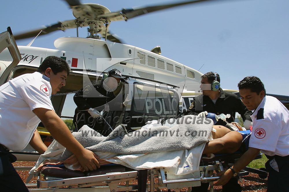 Toluca, M&eacute;x.- Paramedicos de la unidad de Helicopteros de la Policia Estatal (Relampagos) entregan un lesionado en estado critico por choque en la carretera a Valle de Bravo a elementos de la Cruz Roja. Agencia MVT / Mario V&aacute;zquez de la Torre. (DIGITAL)<br /> <br /> NO ARCHIVAR - NO ARCHIVE