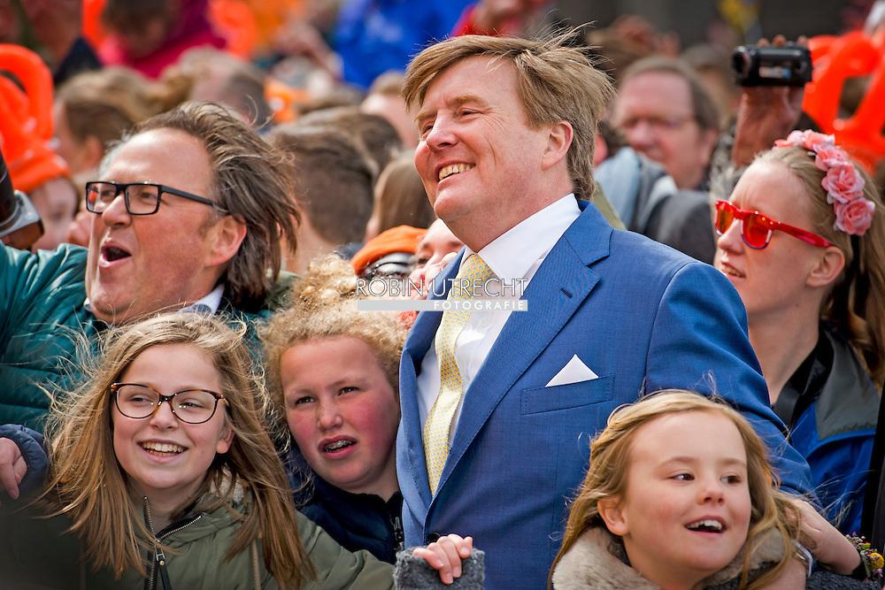 27-4-2016 Nederland, Zwolle, 27-04-2016 Koningsdag 2016 Zwolle Koning Willem-Alexander begeeft zich onder de mensen bij de afsluiting van Koningsdag 2016 in Zwolle. Matthijs Aarten en zijn dochter Emma zijn de gelukkigen ZWOLLE - De prinsessen Amalia, Alexia en Ariane hebben woensdag in Zwolle voor het eerst deelgenomen aan het hele programma van Koningsdag. Alexia, die in februari in Lech haar bovenbeen brak, trok af en toe wat met haar been, maar legde ook tot eigen tevredenheid de hele route af. Er was nog een primeur. De prinsesjes gaven ook hun eerste televisie-interviews.  Kingday in Zwolle , King Willem-Alexander, Queen Maxima, Princess Amalia, Princess Alexia and Princess Ariane is April 27, 2016 attended the celebration of King's Day in the town of Zwolle, in the province of Overijssel. Prince Constantijn and Princess Laurentien, Prince Maurits and Princess Maril&egrave;ne, Prince Bernhard and Princess Annette, Prince Pieter-Christiaan and Princess Anita and Prince Floris and Princess Aim&eacute;e are also provided at Kingday in Zwolle. COPYRIGHT ROBIN UTRECHT<br /> 27-4-2016 ZWOLLE - Koningsdag in Zwolle Koning Willem-Alexander, Koningin Maxima, Prinses Amalia , Prinses Ariane en prinses Alexia zijn 27 april 2016 aanwezig bij de viering van Koningsdag in de gemeente Zwolle, in de provincie Overijssel. Prins Constantijn en Prinses Laurentien, Prins Maurits en Prinses Maril&egrave;ne, Prins Bernhard en Prinses Annette, Prins Pieter-Christiaan en Prinses Anita &eacute;n Prins Floris en Prinses Aim&eacute;e zijn ook aanwezig bij Koningsdag in Zwolle. COPYRIGHT ROBIN UTRECHT