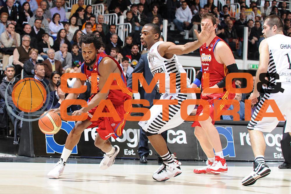 ESCRIZIONE : Bologna Lega A 2008-09 La Fortezza Virtus Bologna Lottomatica Virtus Roma<br /> GIOCATORE : Ruben Douglas<br /> SQUADRA : Lottomatica Virtus Roma<br /> EVENTO : Campionato Lega A 2008-2009<br /> GARA : La Fortezza Virtus Bologna Lottomatica Virtus Roma<br /> DATA : 22/03/2009<br /> CATEGORIA : penetrazione<br /> SPORT : Pallacanestro<br /> AUTORE : Agenzia Ciamillo-Castoria/M.Marchi<br /> Galleria : Lega Basket A1 2008-2009<br /> Fotonotizia : Pesaro Lega A 2008-09 La Fortezza Virtus Bologna Lottomatica Virtus Roma<br /> Predefinita :